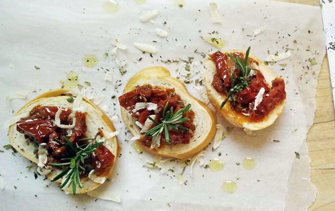 Valbona-Toasted Rounds with Sundried Tomates and Rosemary