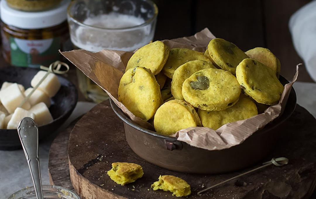 Savoury biscuits with olives and turmeric - Taste&More