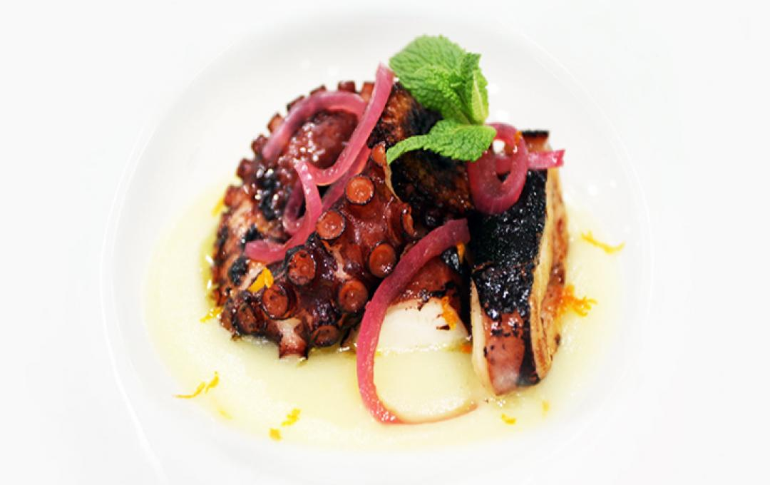 Octopus, potatoes, oranges and grilled borretane onions Valbona